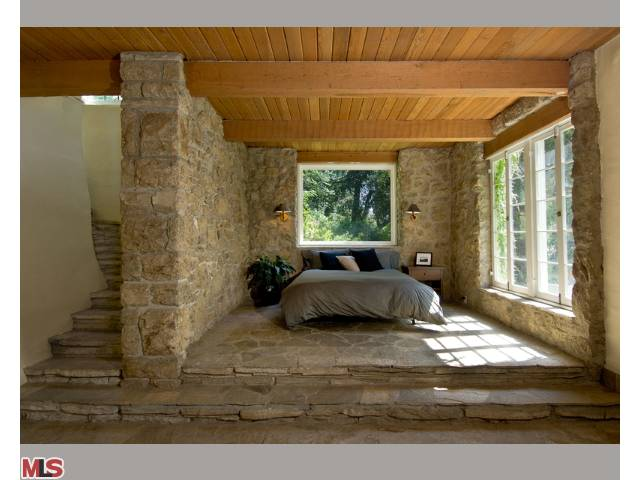 Medieval bedroom - Renaissance style bedroom furniture ...