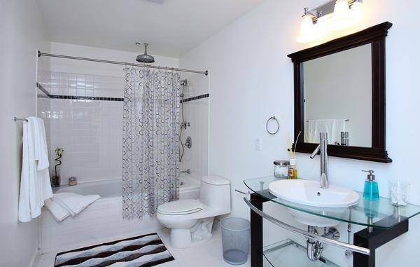 253 S Broadway bathroom