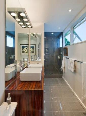 1650 N Queens Jack and Jill bathroom