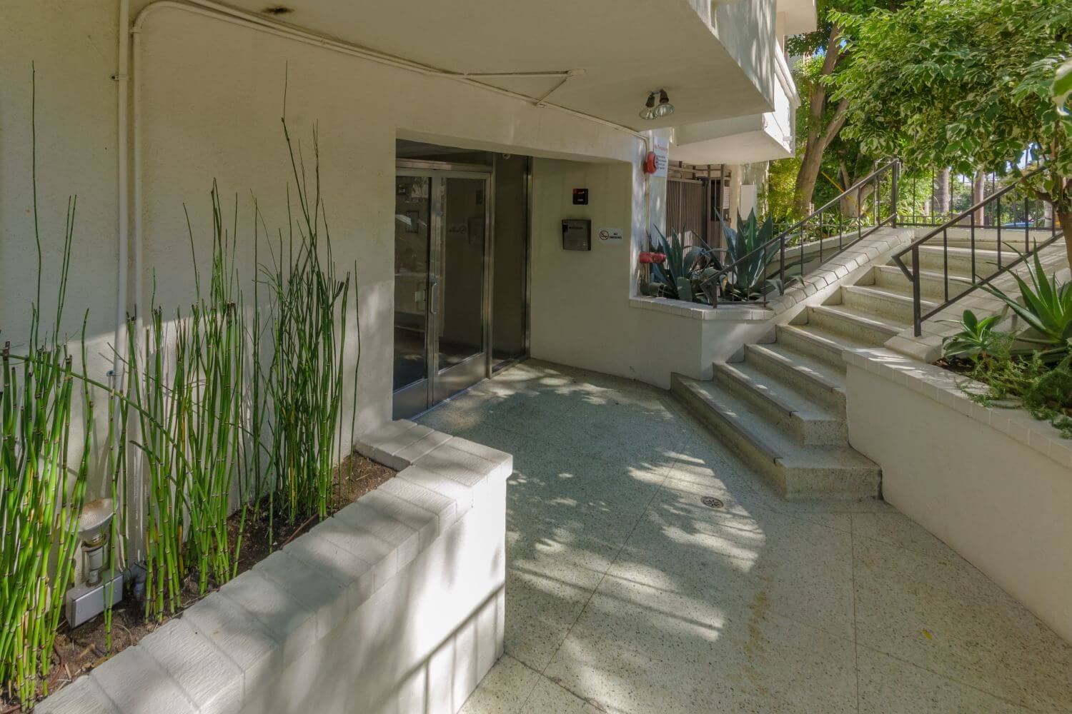 Larrabee Manor Is An 86 Unit Courtyard Style Midrise Condo Located In The Norma Triangle Neighborhood Of West Hollywood Building Was Built 1963 As
